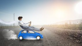 Viaggio felice sul veicolo del giocattolo fotografia stock