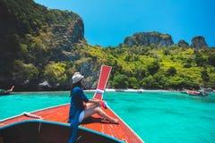 Viaggio femminile felice sulla barca fotografia stock