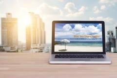 Viaggio, festa, concetto di pianificazione di vacanza Computer portatile con il sito Web fotografie stock