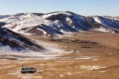 Viaggio in furgone nella catena montuosa Immagini Stock