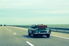 Viaggio insieme in macchina, retro cabriolet, bagagli d'annata fotografie stock