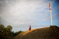 Viaggio a libertà Un giovane ragazzo con una bandiera americana, gioia di essere un americano Fotografia Stock Libera da Diritti