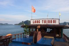 Viaggio nella baia di Halong Il mare ed il cielo blu sulla barca Halong C Fotografie Stock