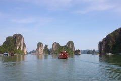 Viaggio nella baia di Halong Il mare ed il cielo blu sulla barca Halong C Fotografia Stock