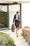 Viaggio occupato andante affrettante dei bagagli della giovane donna di affari Immagini Stock