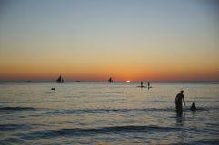 Viaggio romantico della spiaggia di tramonto per estate di divertimento di vacanza di luna di miele in carta da parati fotografie stock