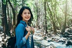 Viaggio selvaggio di stile di vita di amore della viandante in foresta immagine stock