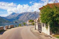 Viaggio stradale attraverso i Balcani Vista della città di Perast della spiaggia, Montenegro immagine stock libera da diritti