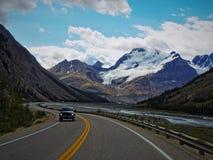 Viaggio stradale attraverso lo Snowy Rocky Mountains Fotografia Stock Libera da Diritti