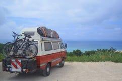 Viaggio stradale da praticare il surfing con le più grandi onde di Nazaret fotografie stock