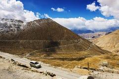 Viaggio stradale del caravan a Chang La Pass Fotografie Stock Libere da Diritti