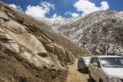 Viaggio stradale del caravan a Chang La Pass Immagine Stock