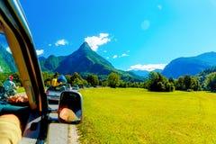 Viaggio stradale di viaggio dell'automobile libera di estate nel bello paesaggio della montagna Immagini Stock