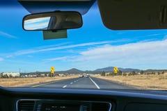 Viaggio stradale a Grand Canyon in Arizona dall'interno di un'automobile immagini stock libere da diritti
