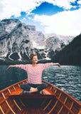 Viaggio su Braies Lake Lago Di Braies in dolomia, Italia, Europa immagine stock libera da diritti
