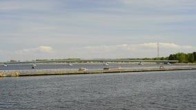 Viaggio sul canale di Piast alla laguna di Szczecin, Polonia della barca archivi video