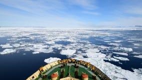 Viaggio sul rompighiaccio nel ghiaccio, Antartide stock footage