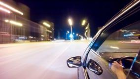 Viaggio sulla strada di notte, vista laterale al rallentatore stock footage