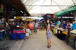 Viaggio tailandese della donna al mercato di galleggiamento di Bangnamphung Immagine Stock