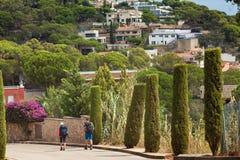 Viaggio a Tossa de Mar in Sapin Due genti che camminano con gli zainhi fotografie stock