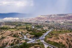 Viaggio Turchia - sopra la vista della città e delle strade di Uchisar in valle nella provincia di Nevsehir in Cappadocia in prim immagini stock