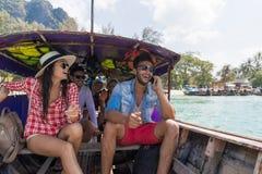 Viaggio turistico di viaggio di vacanza del mare degli amici dell'oceano della barca della Tailandia della coda lunga della vela  fotografie stock libere da diritti