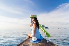 Viaggio turistico di viaggio di vacanza del mare dell'oceano della barca della Tailandia della coda lunga della vela della ragazz immagini stock libere da diritti