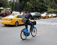 Viaggio visto ciclista giù il Central Park, NYC fotografia stock libera da diritti