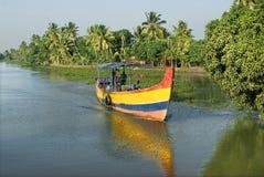 Viaggio vita quotidiano dell'imbarcazione a motore degli stagni Fotografia Stock