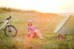 Viaja con la bicicleta sola - la mujer joven en la tienda Foto de archivo libre de regalías