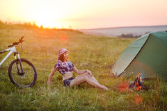 Viaja con la bicicleta sola - la mujer joven en la tienda Fotos de archivo