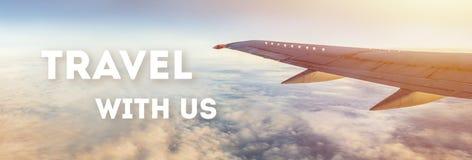 Viaja connosco o texto no fundo da asa do avião do voo imagem de stock