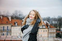 Viaja la ciudad vieja Viajes de una mujer joven Cuadrado de mercado en Varsovia La muchacha rizada camina a través de las calles  Imagen de archivo libre de regalías