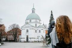 Viaja la ciudad vieja Viajes de una mujer joven Cuadrado de mercado en Varsovia La muchacha rizada camina a través de las calles  Imagenes de archivo