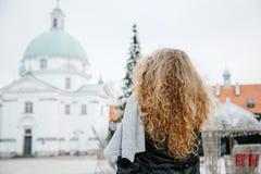 Viaja la ciudad vieja Viajes de una mujer joven Cuadrado de mercado en Varsovia La muchacha rizada camina a través de las calles  Fotografía de archivo libre de regalías
