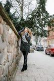 Viaja la ciudad vieja Viajes de una mujer joven Cuadrado de mercado en Varsovia La muchacha rizada camina a través de las calles  Fotos de archivo libres de regalías