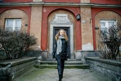 Viaja la ciudad vieja Viajes de una mujer joven Cuadrado de mercado en Varsovia La muchacha rizada camina a través de las calles  Foto de archivo libre de regalías