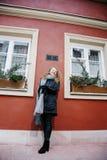 Viaja la ciudad vieja Viajes de una mujer joven Cuadrado de mercado en Varsovia La muchacha rizada camina a través de las calles  Imagen de archivo