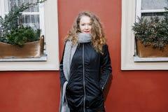 Viaja la ciudad vieja Viajes de una mujer joven Cuadrado de mercado en Varsovia La muchacha rizada camina a través de las calles  Fotografía de archivo