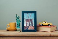 Viaja o conceito a New York, EUA com zombaria do cartaz acima do molde e das lembranças foto de stock