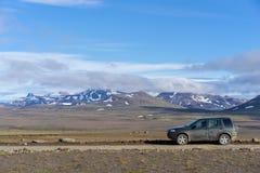 Viajando com 4x4 em uma estrada das montanhas F35, Islândia Foto de Stock