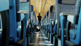 Viajando en tren, un pasajero en un carro metrajes