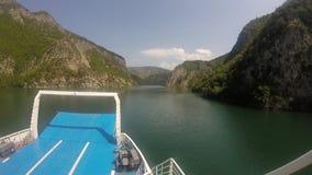 Viajando pela balsa no rio, cercado por montanhas video estoque