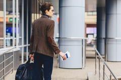 viajante à moda no revestimento com passaporte e bilhetes em c urbano imagens de stock