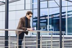 viajante à moda no revestimento com passaporte e bilhetes em c urbano fotos de stock