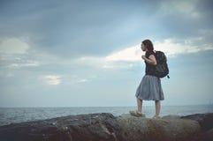 Viajante asiático novo da mulher que está na borda do penhasco fotos de stock