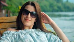 Viajante bonito da jovem mulher que descansa nas montanhas perto do rio filme