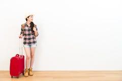 Viajante bonito da mulher que está no assoalho de madeira Imagem de Stock Royalty Free