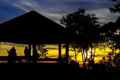 Viajante bonito do grupo da silhueta do nascer do sol Fotos de Stock