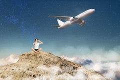 Viajante com binóculos e avião Imagem de Stock Royalty Free
